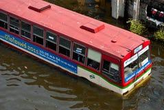 De bus op de overstroming, de Overstroming van Bangkok Stock Foto's
