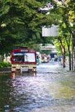 De bus van Bangkok die overstroomde weg wordt doorgenomen Royalty-vrije Stock Fotografie