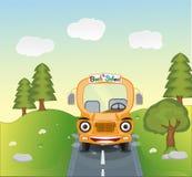 De bus van de beeldverhaalschool op de weg Stock Afbeeldingen