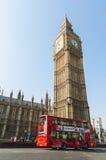 De bus van de dubbeldekker het drijven door de Big Ben Stock Foto's