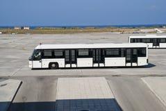 De bus van de passagier bij de luchthaven Stock Foto