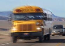 De Bus van de school op de weg Royalty-vrije Stock Afbeelding