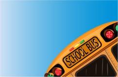 De bus van de school over blauwe hemel Royalty-vrije Stock Afbeeldingen