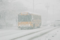 De bus van de school in sneeuwonweer
