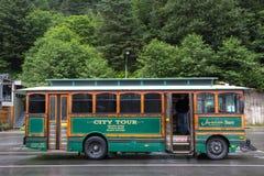 De bus van de de Gletsjerpendel van Alaska bij het parkeren van de cruiseterminal wordt geplaatst, Juneau die stock foto