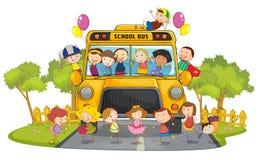 De bus van jonge geitjes en van de school Stock Fotografie