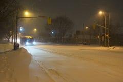 De bus van de Mississaugadoorgang het drijven op Bloor-straat, Toronto, tijdens sneeuwonweer royalty-vrije stock afbeeldingen