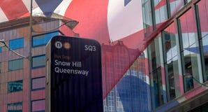 De Bushalte van Queensway van de sneeuwheuvel tegen Glasgebouwen Birmingham Stock Afbeeldingen