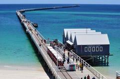 De Busselton-Pierpijler Westelijk Australië met trein stock afbeeldingen