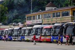 De bussen brengen toeristen aan Nami Island stock afbeeldingen