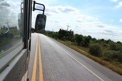 De bussen lopen op de straat royalty-vrije stock afbeeldingen