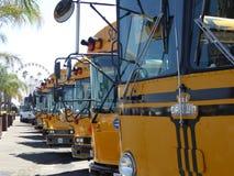 De bussen parkeerden in een lange rij bij B eerlijke plex Fr B van Pomona de markt van de Provincie van Los Angeles Royalty-vrije Stock Foto