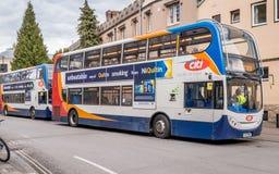 De bussen van de Citidubbeldekker vormden omhoog buiten grote arcadebushalte een rij, Cambridge royalty-vrije stock afbeelding