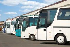 De bussen van de toerist op een parkeren stock fotografie