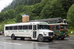 De bussen van de de Gletsjerpendel van Alaska bij het parkeren van de cruiseterminal worden geplaatst, Juneau die stock afbeelding
