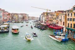 De bussen van het Vaporettoswater, gondels, watertaxis & andere boten die tussen Venetiaanse gebouwen op Grand Canal in Venetië,  stock afbeeldingen