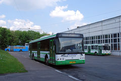 De bussSUE Mosgortrans LiAZ-52922 kostnaderna i territoriet av en bussflotta Arkivfoton