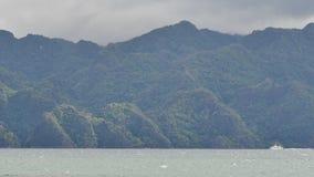 De Busuanga bergen täckas med en tropisk skogPalawan ö med blått vatten Resa på skeppet Staden stock video