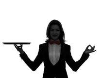 De butler die van de vrouwenkelner leeg dienblad zen gesturing silhouet houden Stock Foto's