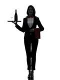 De butler die van de vrouwenkelner rode wijnsilhouet dienen Stock Afbeeldingen
