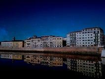 De buurt van Pisa de Arno-rivier wordt overdacht die royalty-vrije stock foto