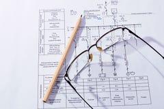 De byggnadsplanet, exponeringsglasen och blyertspennan Fotografering för Bildbyråer