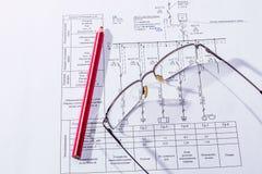 De byggnadsplanet, exponeringsglasen och blyertspennan Royaltyfri Bild