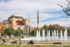 De byzantijnse kerk van Hagiasophia in Istanboel en fontein in een park Royalty-vrije Stock Foto's