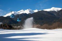 De cabine en de sneeuwpieken van de Banskokabelwagen, Bulgarije Royalty-vrije Stock Foto's