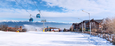 De cabine en de sneeuwpieken van de Banskokabelwagen, Bulgarije Royalty-vrije Stock Afbeelding