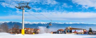 De cabine en de sneeuwpieken van de Banskokabelwagen, Bulgarije Royalty-vrije Stock Foto