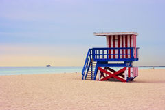 De cabine van de badmeester op het strand van Miami, Florida, de V.S. Stock Foto's