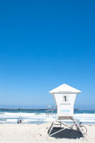 De cabine van de badmeester in Vreedzaam strand. exemplaar ruimte Stock Afbeeldingen