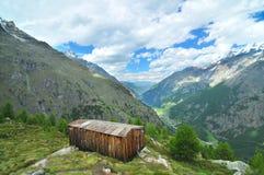 De Cabine van de berg met een mening royalty-vrije stock afbeeldingen