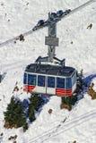 De cabine van de kabelwagenspoorweg bij de toevlucht van de de wintersport in Zwitserse alpen Stock Fotografie