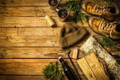 De cabine van het land - laarzen, warme hoed, heet dranken en brandhout stock afbeeldingen