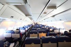 De cabine van het vliegtuig met passagiers Royalty-vrije Stock Afbeeldingen