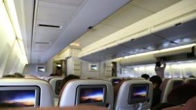 De cabine van het vliegtuig met passagiers stock videobeelden