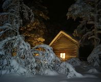 De cabine van Lapland in de sneeuw bij nacht Stock Fotografie