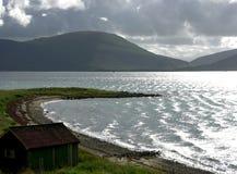 De cabine van vissers op fjord in Noorwegen Royalty-vrije Stock Afbeeldingen