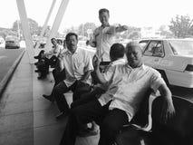 De cabinebestuurders van de warm onthaaltaxi bij de Luchthaven van Borneo die gelukkig voor foto stelde stock fotografie