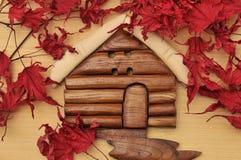 De cabinehuis van de boskennis en droge esdoornbladeren Stock Afbeeldingen