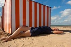 De cabineoverzees van het meisjesstrand, De Panne, België royalty-vrije stock afbeelding