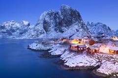De cabines van de Noorse visser op Lofoten in de winter