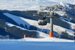 De cabines van kabelbaan op Chopok-post in Jasna Low Tatra stock afbeeldingen