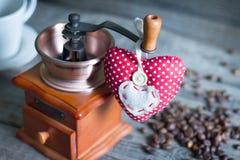 De café do moedor e do coração do vintage do sumário vida retro ainda fotografia de stock