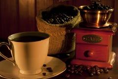 Feijões e moedor de café foto de stock