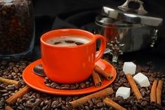 De café toujours la vie avec une tasse orange et un sucrier Images stock
