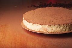 De cake bestrooit met cacaopoeder Stock Foto
