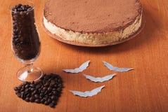 De cake bestrooit met cacaopoeder, Royalty-vrije Stock Afbeelding